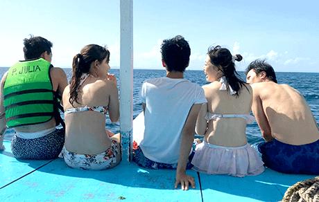 フィリピンの青い海を背景に記念撮影